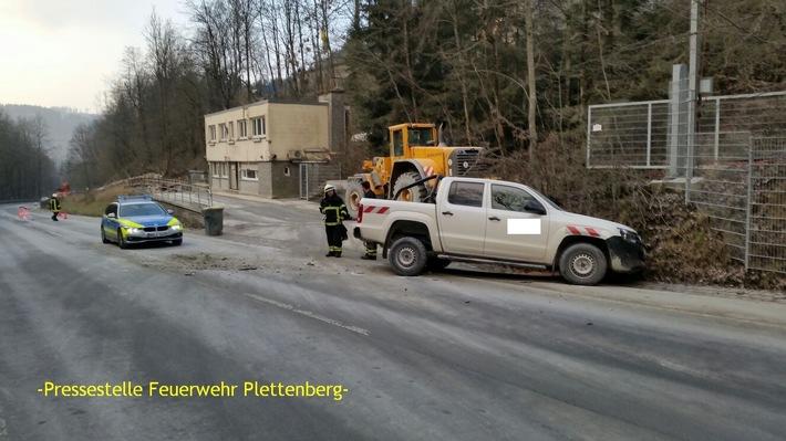 FW-PL: Verkehrsunfall, brennt Gartenhütte , Ölspur, hilflose Person hinter Tür