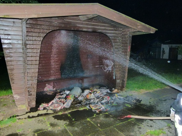 Bei dem Brand wurde auch die Bushaltestelle beschädigt.