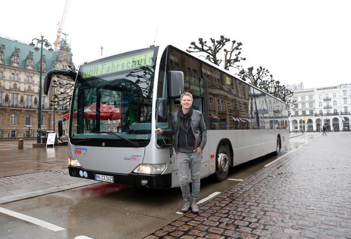 """Jetzt steuerte Jörg Pilawa (50) einen Hamburger Linienbus: """"Busfahren kommt vom Glücksgefühl her gleich nach der Hochzeitsreise."""""""