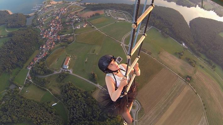 """Mehr Zeit für Freunde im neuen Jahr: Lässt sich Vivien in 300 Meter Höhe für ihre Freundin Sophia hängen? """"Mein bester Feind"""" mit Joko und Klaas am Samstag, 20:15 Uhr"""