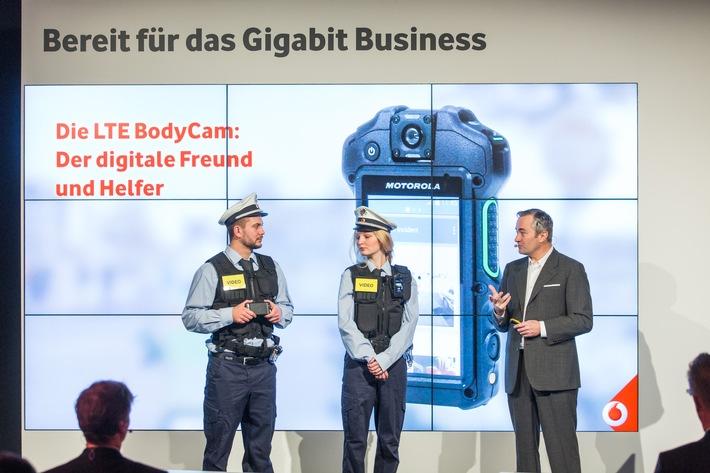 CeBIT 2016: Vodafone zeigt auf seiner Pressekonferenz die vernetzte BodyCam, den digitalen Freund und Helfer