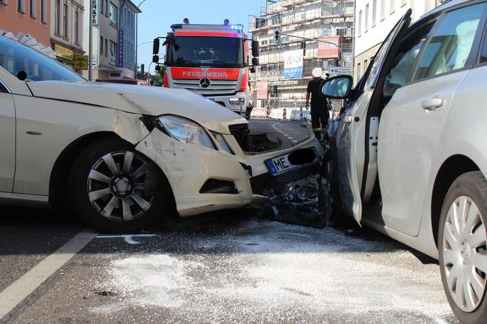 POL-ME: Tür geöffnet- Verkehrsunfall mit drei Verletzten verursacht - Hilden - 1706093