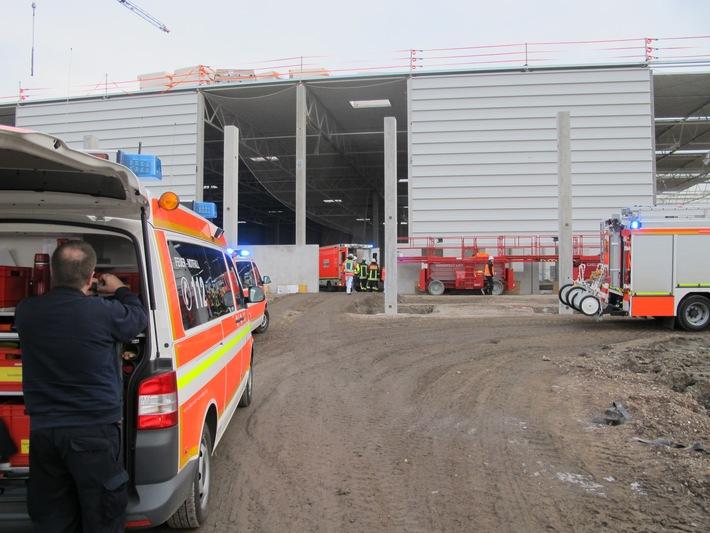 FW-D: Zwölf Meter abgestürzt - Dacharbeiter schwer verletzt