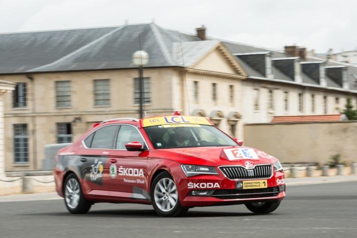 Prominenter Auftritt: Neuer SKODA Superb ist 'Red Car' der Tour de France 2015
