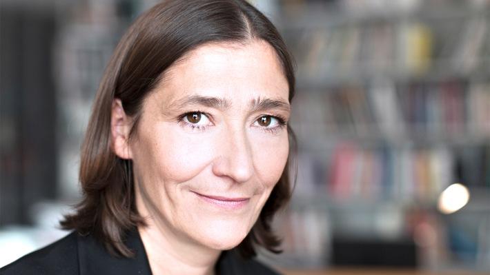 """art Karlsruhe: Kunstszene trifft sich am Stand von SWR2 """"SWR2 Zeitgenossen"""" mit Susanne Gaensheimer, Direktorin des Museums für Moderne Kunst Frankfurt"""