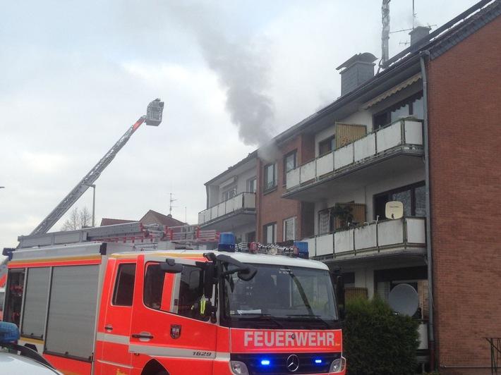 FW-NE: Zimmerbrand in einem Mehrfamilienhaus
