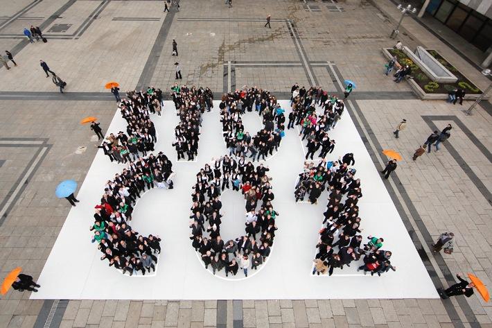 """Ein Zeichen für den Klimaschutz: Dachdecker und Zimmerer führten große Mitmach-Aktion """"STOP CO2"""" vor dem Kölner Dom durch"""