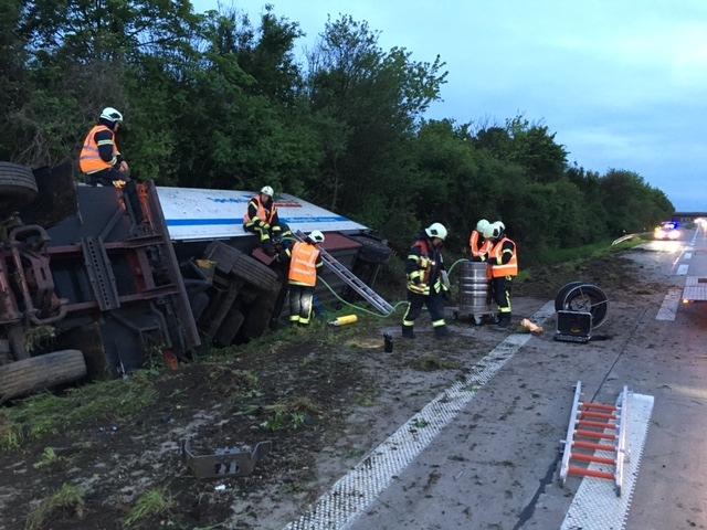 POL-HI: Verkehrsunfall auf der BAB A 7 Richtung Süd Fahrer durch Feuerwehr befreit. Auslaufender Diesel aufgefangen und Tank abgepumpt