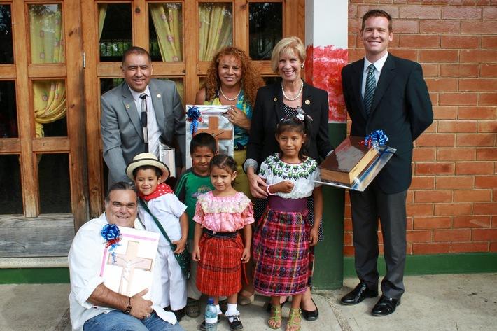Mitglied des US-Repräsentantenhauses besucht Kinderdorf in Guatemala / Das Thema Kindermigration bestimmt den US-Wahlkampf