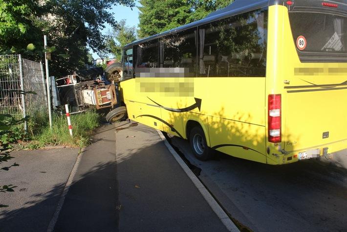 POL-RBK: Rösrath - Bus rammt Traktor - zwei Jugendliche verletzt