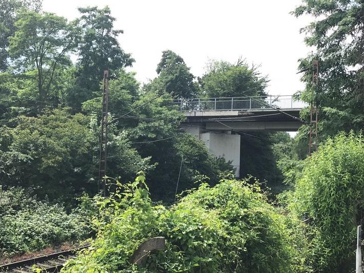 FW-GE: Gerissene Fahrdrahtaufhängung sorgt für Vollsperrung einer Bahnstrecke in Gelsenkirchen Schalke.