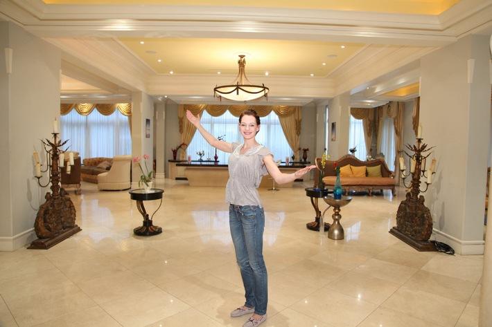 marmor wohnzimmer polierter marmor und goldene vorhnge pressemitteilung prosieben - Marmorboden Wohnzimmer