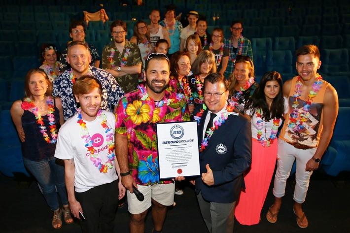 """Mit Filmschauen zum Weltrekord - Kinobesucher in ganz Deutschland holten gemeinsam den Weltrekord für die """"größte Film-Preview im Hawaii-Outfit"""""""