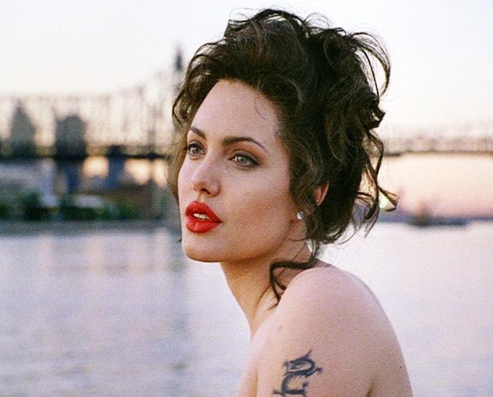 """Angelina Jolie: """"Ich trage nie roten Lippenstift.""""//Tele 5 zeigt am 13.1. um 20.15 Uhr das Erotikdrama 'Gia - Preis der Schönheit' (Golden Globe für Angelina Jolie!)"""