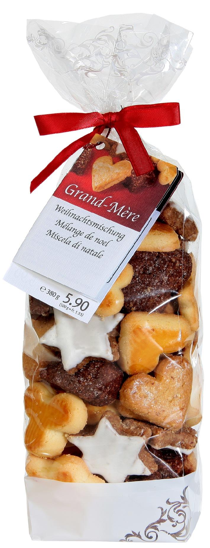 Biscotti di Natale con uova svizzere da allevamenti all'aperto