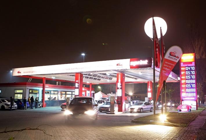Hunderte Autofahrer tanken zum historischen Benzinpreis / Grenzenlos günstig mobil: Zum 25. Mauerfall-Jubiläum lädt Direct Line zum historischen Preisfall an den Zapfsäulen ein