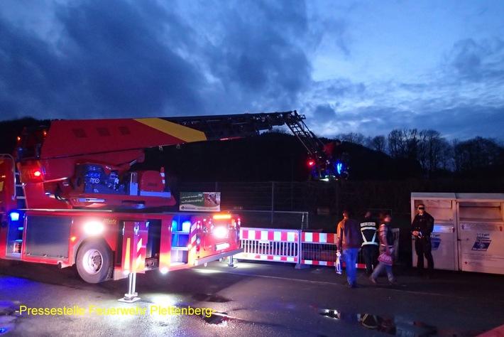 FW-PL: Rettung per Drehleiter, Unterstützung bei Großfeuer in Lüdenscheid, Gefahrstoffbehälter in Bachlauf, automatische Feuermeldung