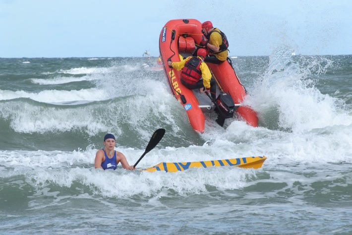 Stürmischer Start am Warnemünder Strand / Erster Tag des DLRG Cups im Rettungsschwimmen von Wind und Wellen geprägt
