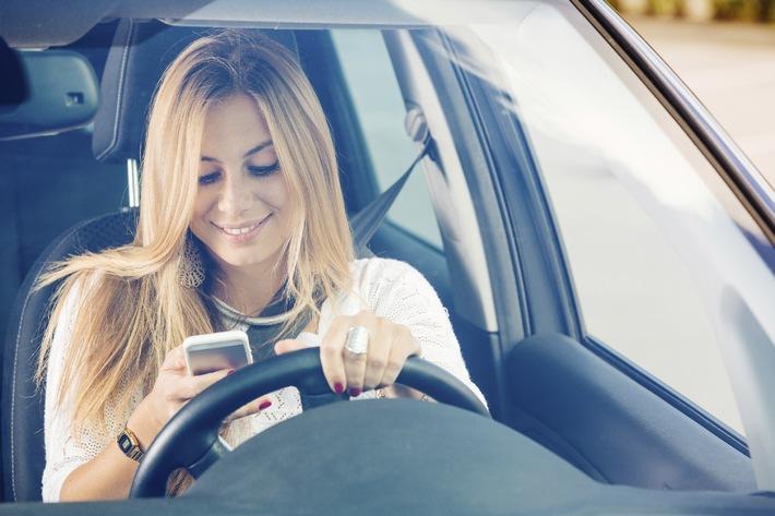 Wussten Sie eigentlich, dass das Handy am Steuer Gefahr für den Kfz-Versicherungsschutz bedeutet?