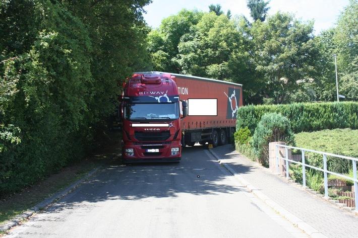 POL-PDKL: 40-Tonner-Sattelzug festgefahren