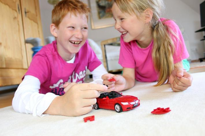 Erstes Puzzle, mit dem man auch spielen kann / Hersteller präsentiert neue Geschenkidee: Modellautos aus Kunststoff erst puzzlen, dann damit fahren