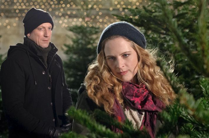 """""""Obendrüber, da schneit es""""/ Diana Amft und Wotan Wilke Möhring im liebevollen Weihnachtschaos"""