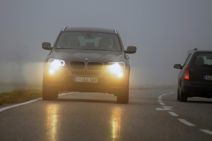Damit man sicher ankommt - Grundregeln fürs Fahren bei Nebel