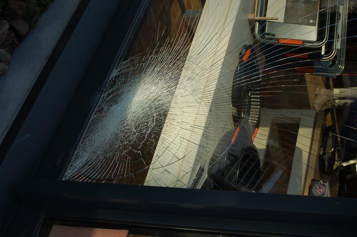 POL-STH: Beschädigte Schaufensterscheibe an Küchenstudio in Stadthagen