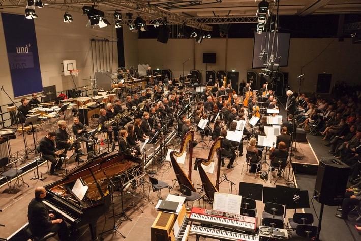 Donaueschingen im Zeichen des multidisziplinären Künstlers / Musiktage mit rund 10.000 Besuchern bei 19 Uraufführungen an drei Tagen / Lautkomposition von Josef Anton Riedl mit Herta Müller