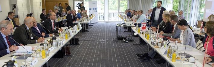 Chemie-Tarifrunde 2016 Baden-Württemberg: Verhandlung vertagt / Arbeitgeber: Nur eine moderate Entgelterhöhung sichert Wettbewerbsfähigkeit