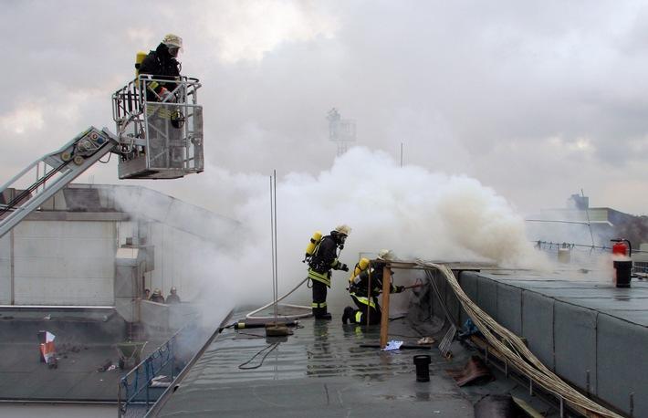 FW-E: Feuer auf dem Dach des OPZ 1 im Klinikum Essen