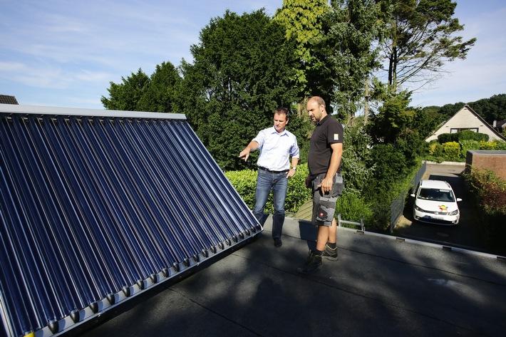Neuer Online-Leitfaden: Schritt für Schritt zur Solarthermie / Bundesweiter Praxistest untersucht Solarthermie in 9 Haushalten / Erfahrungen von Verbrauchern online / Sonnenenergie senkt CO2-Ausstoß