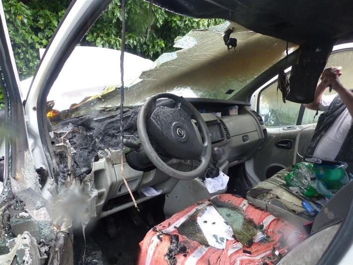 Durch den Brand wurde der Kleinlastwagen erheblich beschädigt.