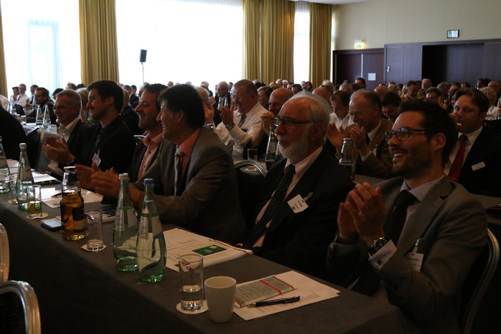 Mehr Geld für die Pflege - so die Forderung beim Deutschen Assekuranz Pflege Forum des Münchener Verein u.a. mit Dr. Norbert Blüm, Bayerns Gesundheitsministerin Melanie Huml und Claus Fussek