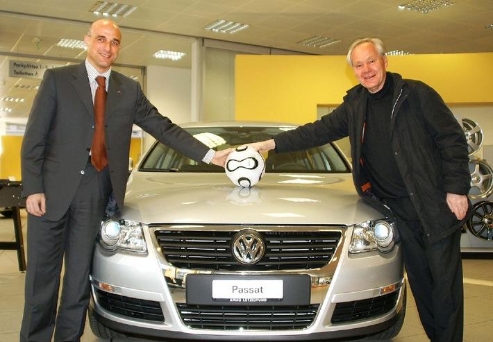 Köbi Kuhn reçoit sa nouvelle VW Passat - L'entraîneur de l'année et le volant d'or