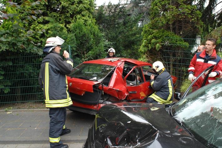 FW-E: Verkehrsunfall mit 2 Verletzten