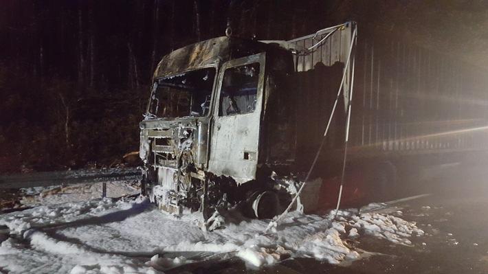 POL-CUX: A 27 wegen Brand eines Sattelzuges bis in die Nacht voll gesperrt (Bildmaterial)