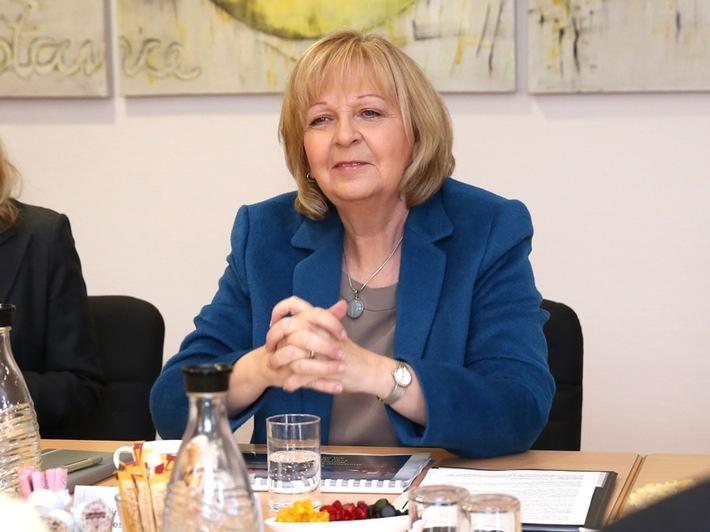 Ministerpräsidentin Hannelore Kraft zu Besuch im Karrierecenter Düsseldorf  Einblick in das moderne Recruiting des Arbeitgebers Bundeswehr