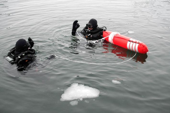 Marine - Bilder der Woche: Eisige Premiere, Erster Tauchgang im Freiwasser der angehenden Minentaucher