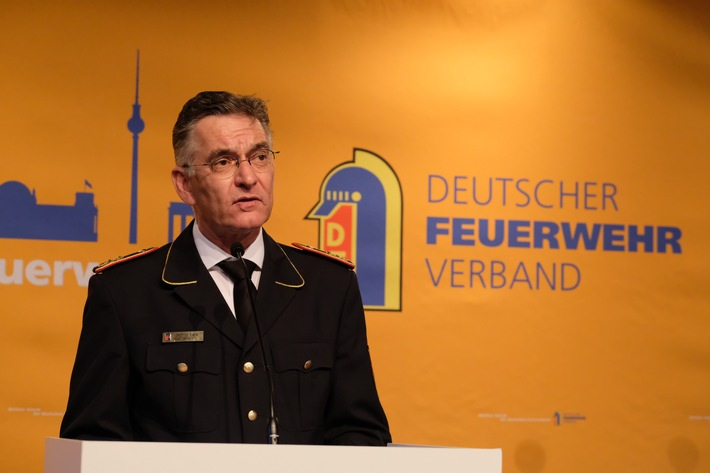 """""""Tradition der Feuerwehr ist gutes Stück Deutschland"""" / Bundeskanzlerin zollt Einsatzkräften Respekt / Ehrungen bei Berliner Abend"""