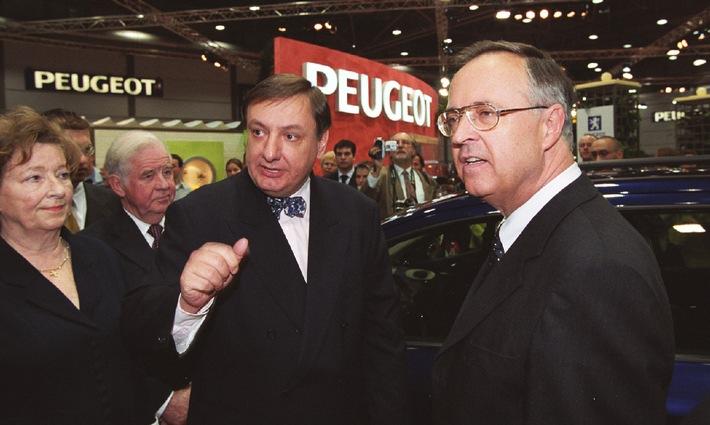 Eichel lässt sich saubere Lösung zeigen / Besuch des Bundesfinanzministers bei Peugeot auf der AMI in Leipzig