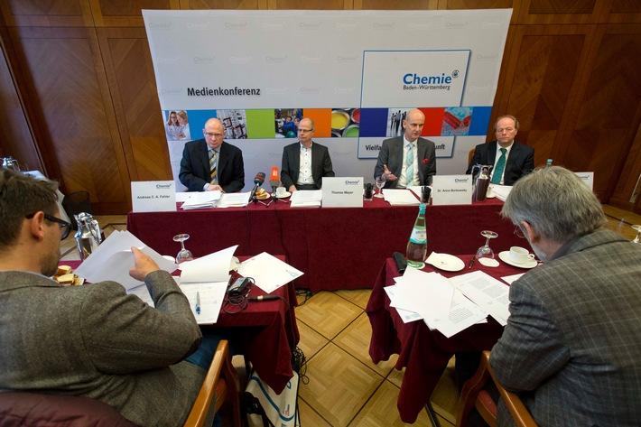 Konjunktur in der chemischen Industrie in Baden-Württemberg / Deutliches Wachstum bei Chemie und Pharma 2015 / Aufholbedarf zur Gesamtindustrie im Land