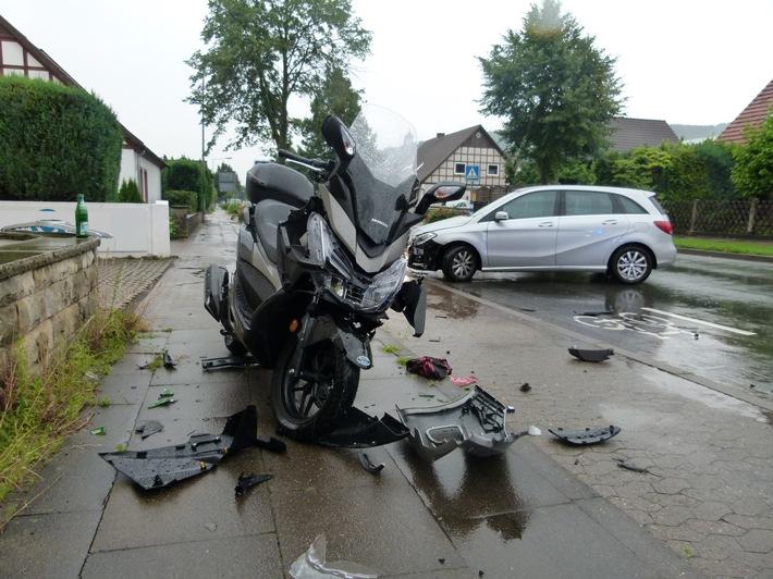 Bei dem Zusammenstoß mit dem Auto verletzte sich der Rollerfahrer.