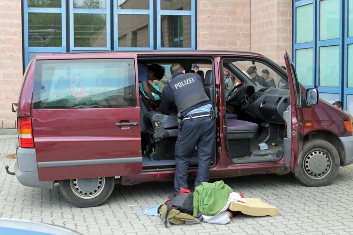 """POL-DA: Darmstadt: """"Ein Linienbus der besonderen Art"""" / Polizeistreife stoppt Kleinbus mit 18 Insassen"""
