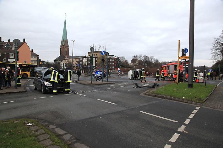 FW-E: Verkehrsunfall mit PKW und Kleintransporter, zwei Personen eingeklemmt, Transporter umgestürzt