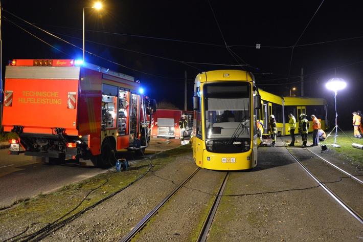 FW-MH: Entgleiste Straßenbahn sorgt für aufwendigen Feuerwehreinsatz