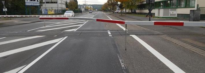 POL-PPKO: Gegen Bahnschranke gefahren