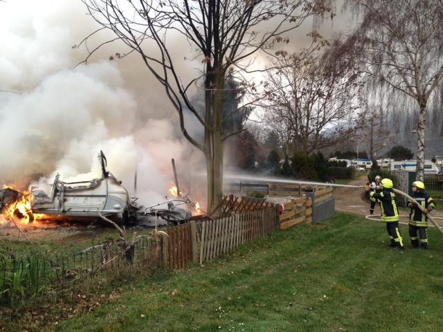 POL-PDKH: Zwei Wohnwagen gehen in Flammen auf