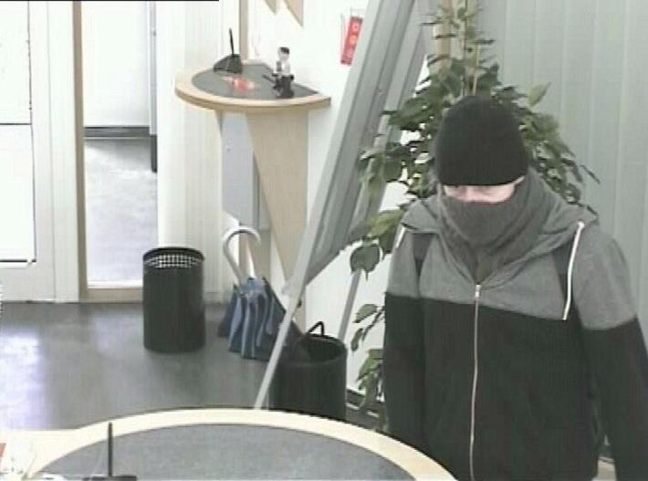 POL-PPMZ: Mainz, Fahndung nach Bankräuber läuft - Foto aus Überwachungskamera - Belohnung ausgesetzt