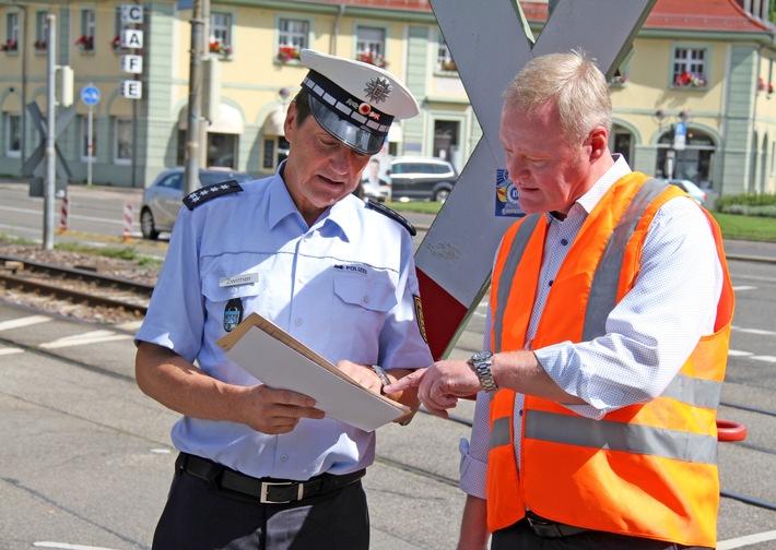 POL-KA: (KA) Karlsruhe - Polizei und Albtal-Verkehrs-Gesellschaft informieren über Unfallproblematik an Bahnübergängen in Dammerstock und Rüppurr